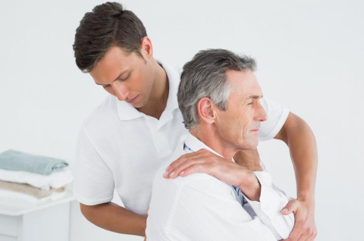 Behandlung in einer Physiotherapie Praxis